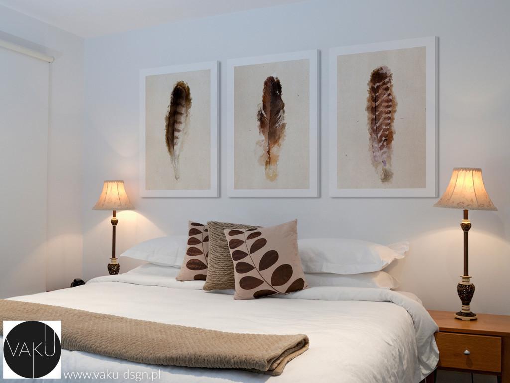 Tryptyk z motywem piór to idealnie wyważona kompozycja do sypialni. Uniwersalne połączenie bieli i brązów tworzy kojącą całość. Jeszcze tylko poduszka z motywem roślinnym i rozpływamy się w relaksującym pięknie natury.