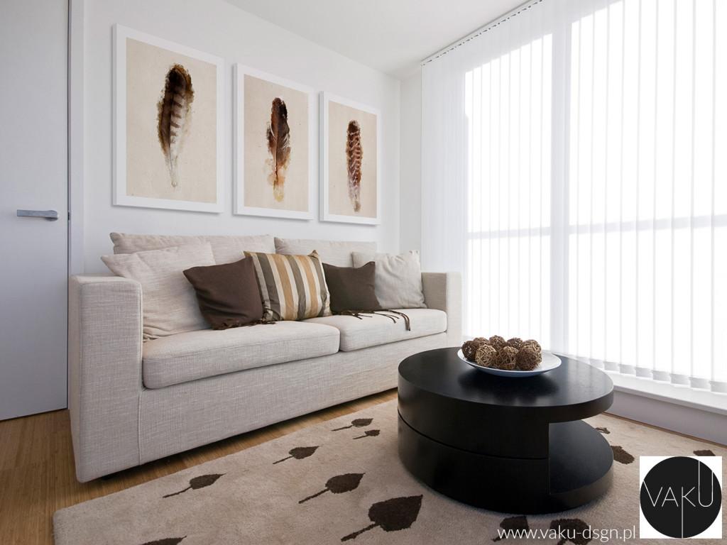 Powyższy salon to rewelacyjna aranżacja z zastosowaniem naszych obrazów. Ponad dwumetrowa ściana ożyła pełnią różnych odcieni brązu, które nawiązują do koloru poduszek i ozdób. Motyw natury - w piórach - świetnie nawiązuje do liściastego wzoru dywanu - aż chce się wypocząć w takim salonie!