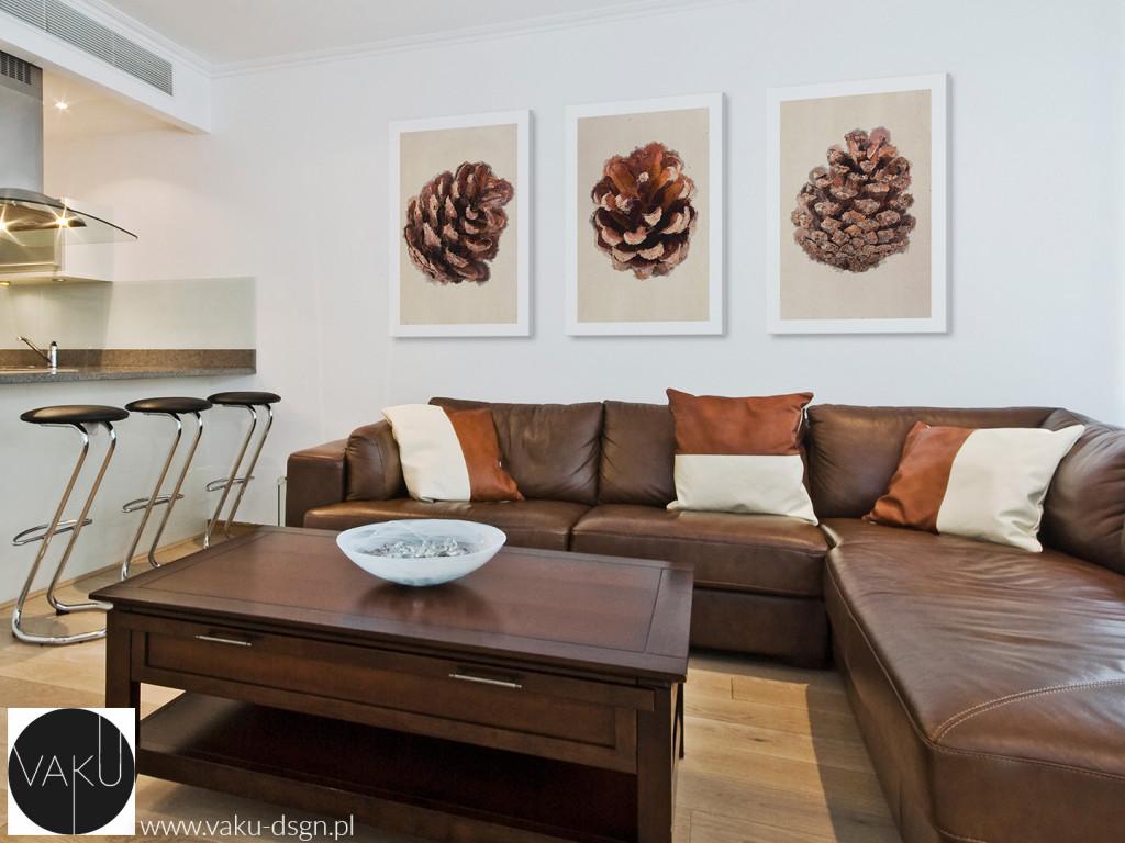 Jeżeli lubicie mieszać nowoczesność ze stylem country, to absolutnym 'must have' jest nasz tryptyk z szyszkami. Świetnie prezentuje się w kompozycji ze skórzaną sofą i drewnianą ławą, stanowiąc przewodni motyw salonu.