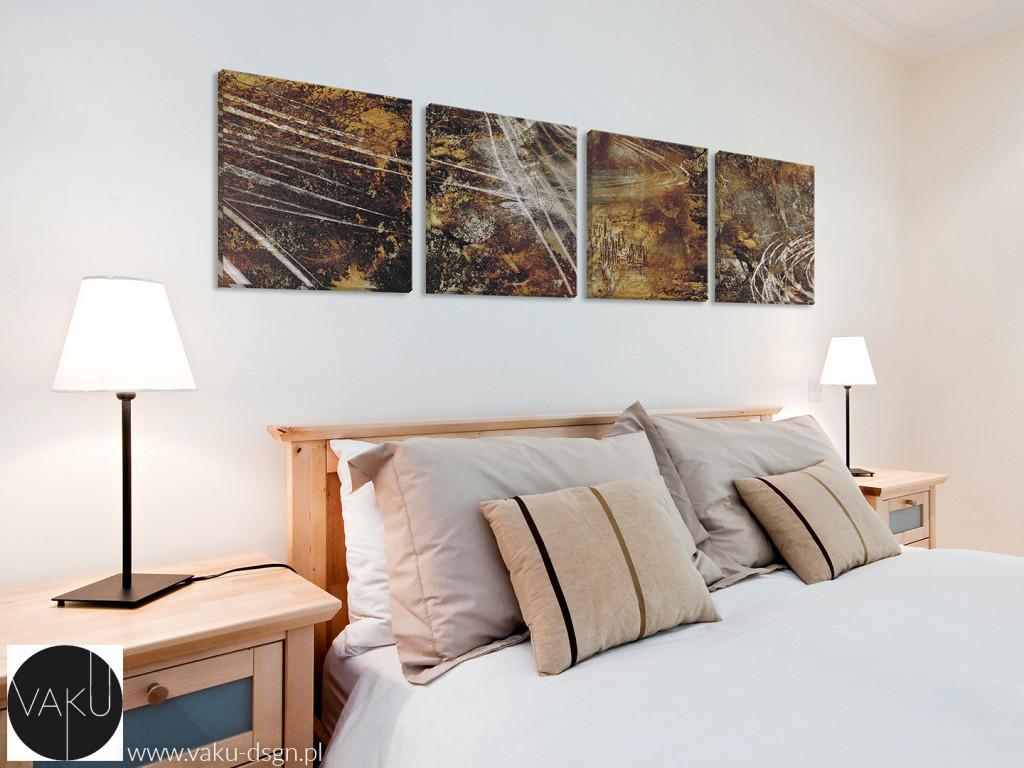 Centralne ułożenie obrazów nad łóżkiem w sypialni daje ciekawy efekt i wypełnia optycznie dużą powierzchnię ściany.