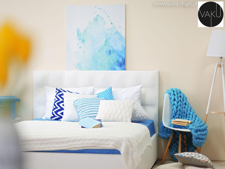 biało-niebieskie poduszki w sypialni