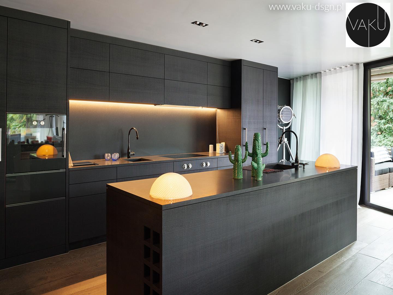 minimalistyczna czarna kuchnia w macie