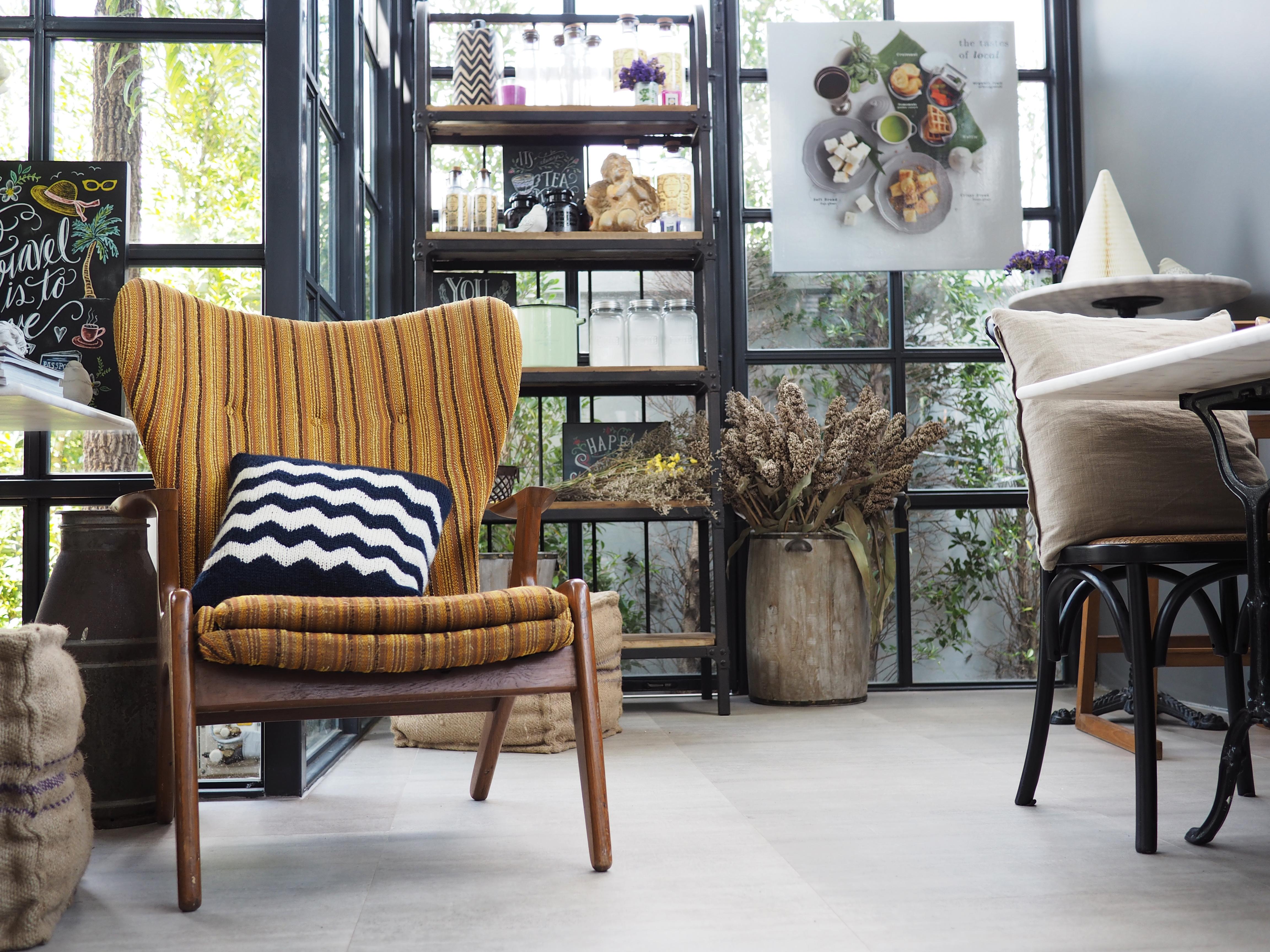 musztardowy fotel
